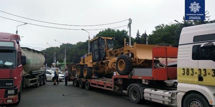 У Краматорську вантажівка з грейдером пошкодила тролейбусну лінію