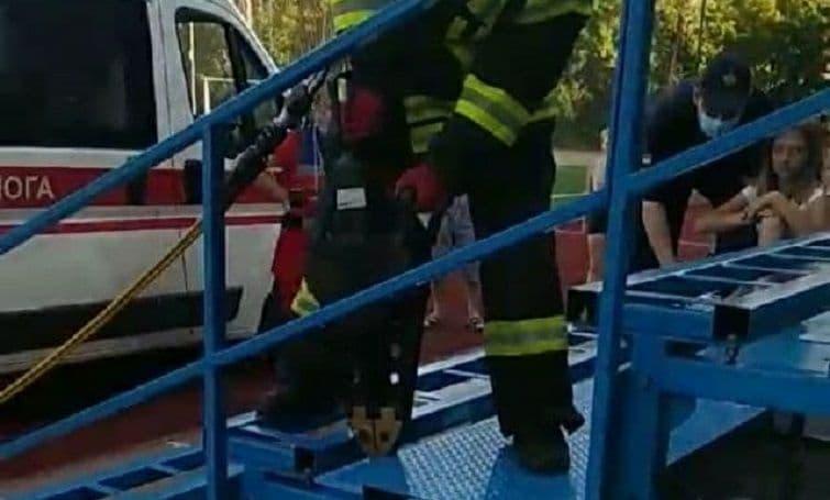 Нога дівчинки застрягла в металевій конструкції трибуни спортивного майданчика в Краматорську